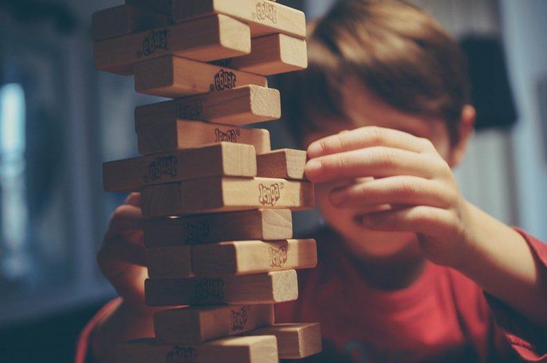 Activité d'été enfant pas chère : un tournoi de jeux type Jenga ?