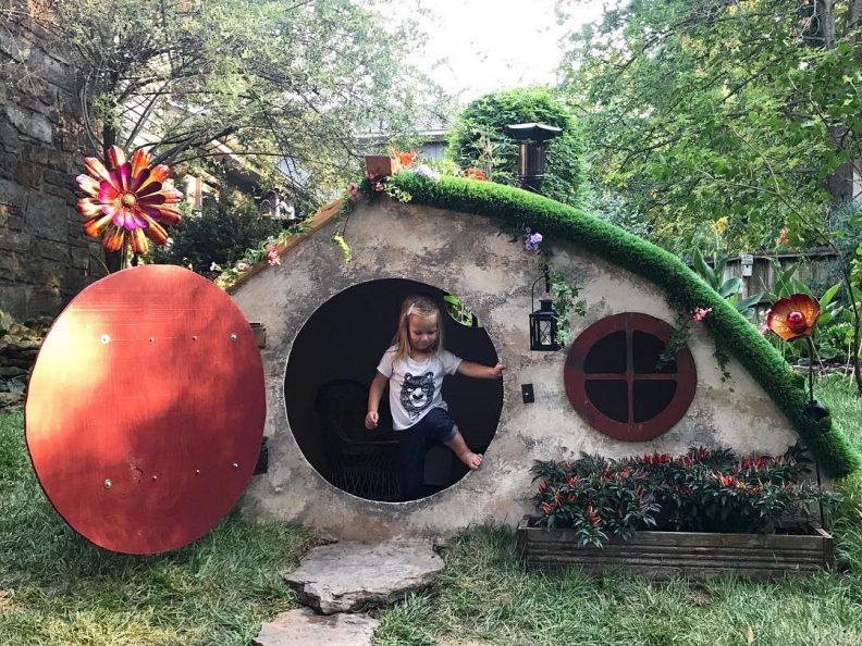 Une maison de hobbit pour jouer dans le jardin