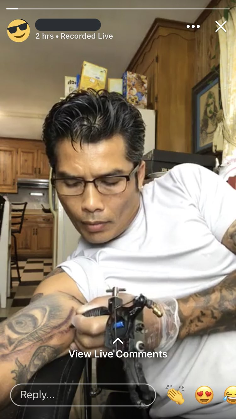 Outhay épate le monde en faisant un live stream du tatouage qu'il se fait tout seul