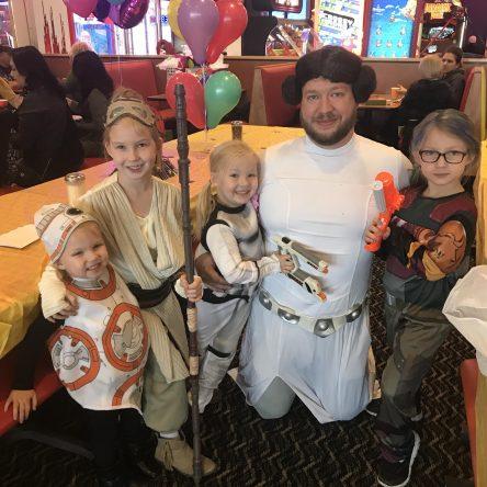 Un thème Star Wars mais personne ne veut être la princesse attendue alors papa se dévoue avec le sourire