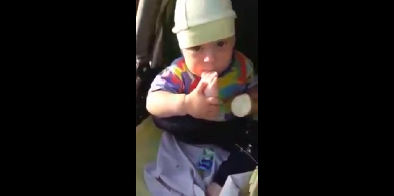 Adorable : ce bébé mange sa glace en utilisant son pied