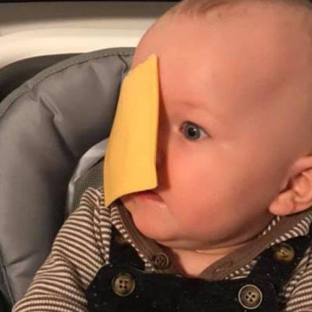 #CheeseChallenge : jeter du fromage sur son bébé, nouveau défi débile à la limite de la maltraitance ?