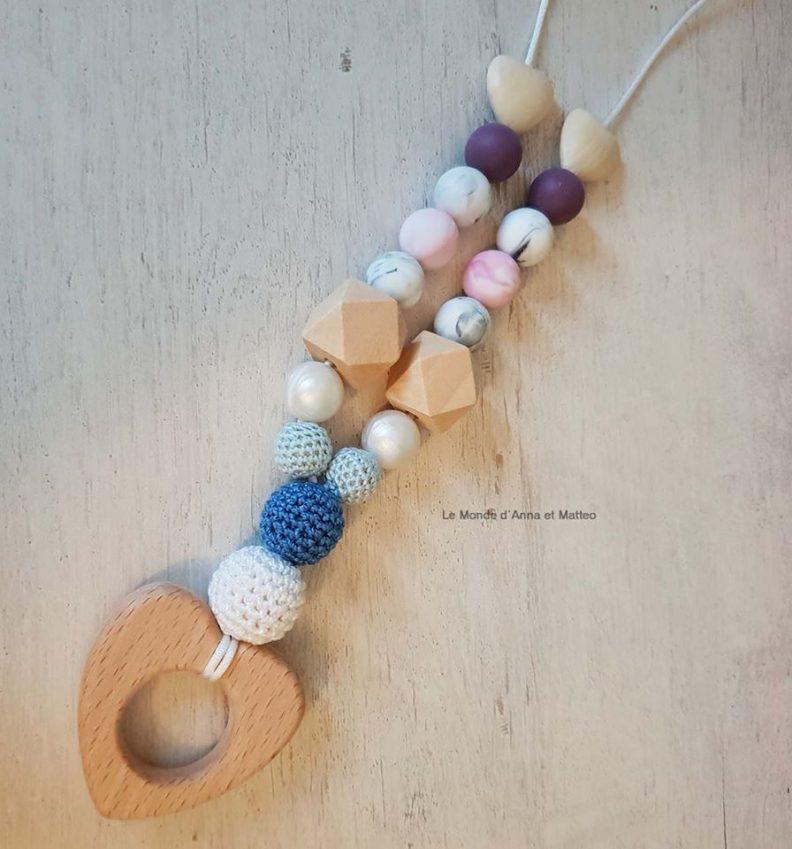 Collier de portage personnalisé Le Monde d'Anna et Matteo version coeur couleur pastel et bleu