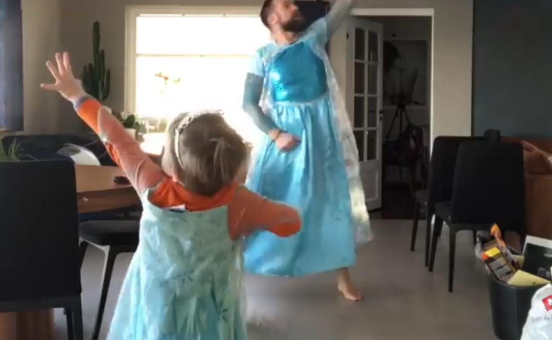 Antisexisme : un papa et son fils dansent en robe sur la musique de la Reine des Neiges