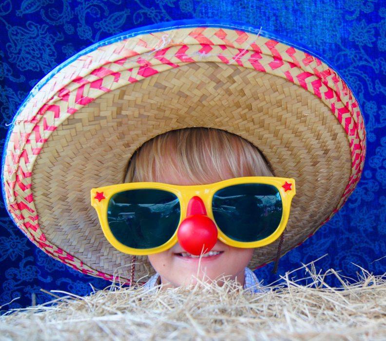 Principe d'éducation : lunettes de soleil et chapeau quand il faut beau