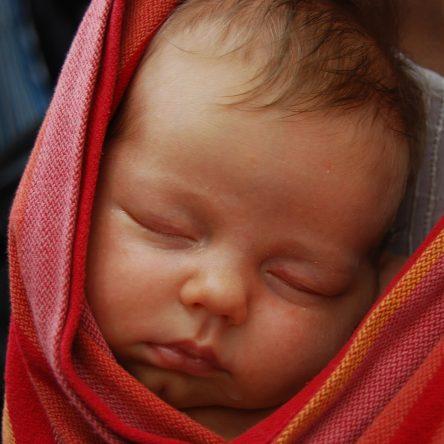 Portage : tout savoir sur l'écharpe de portage et le porte-bébé