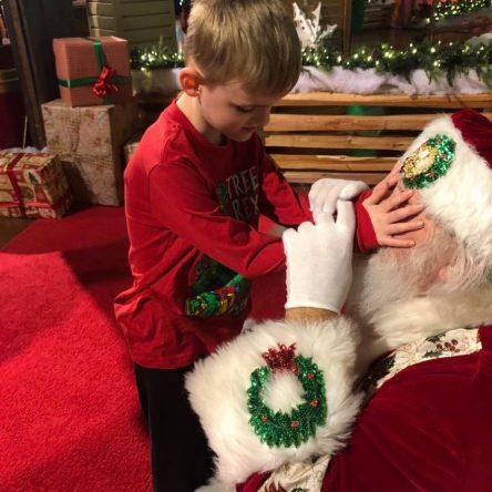 Une maman saisit le moment magique où son fils autiste et aveugle rend visite au Père Noël