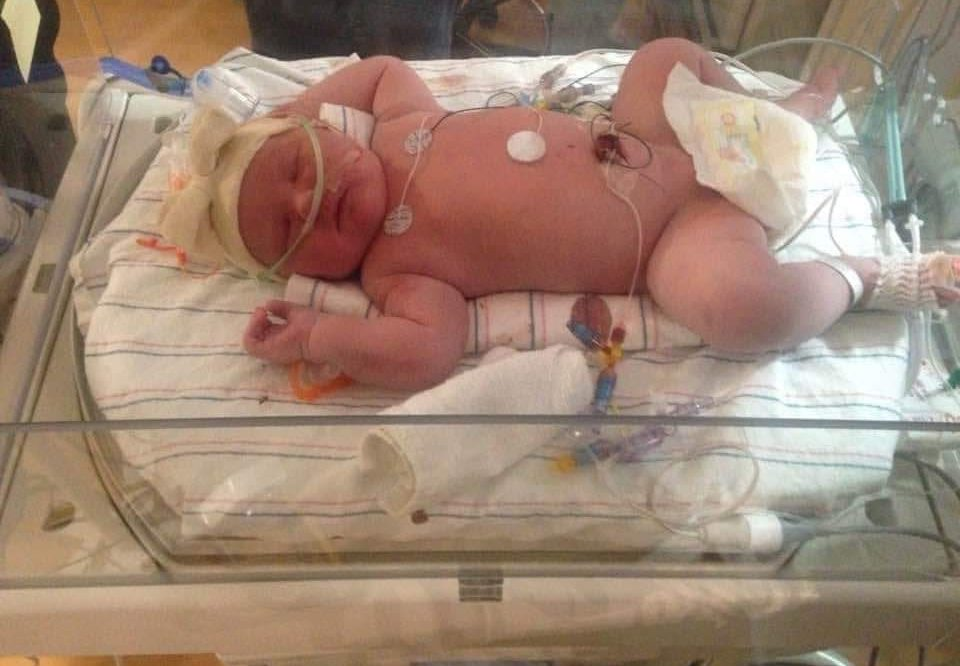 Annoncée presque stérile, elle donne naissance à un bébé 6,87 kilo et 59 cm !