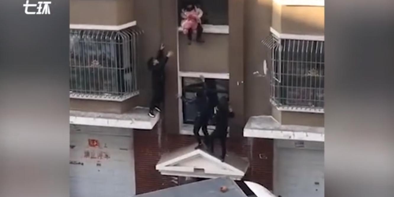 Un héros attrape à la volée un bébé qui tombe en échappant à un incendie