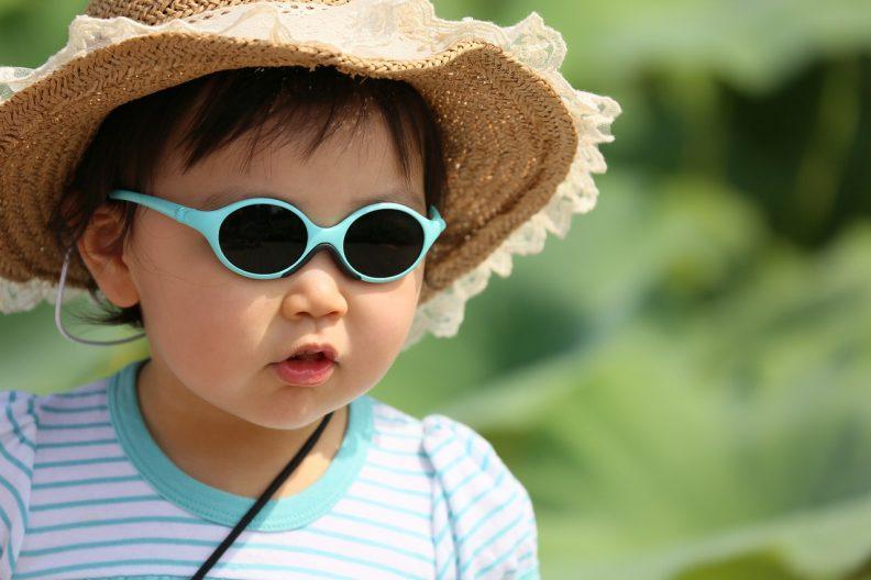 Lunettes de soleil et chapeau pour protéger les enfants du soleil