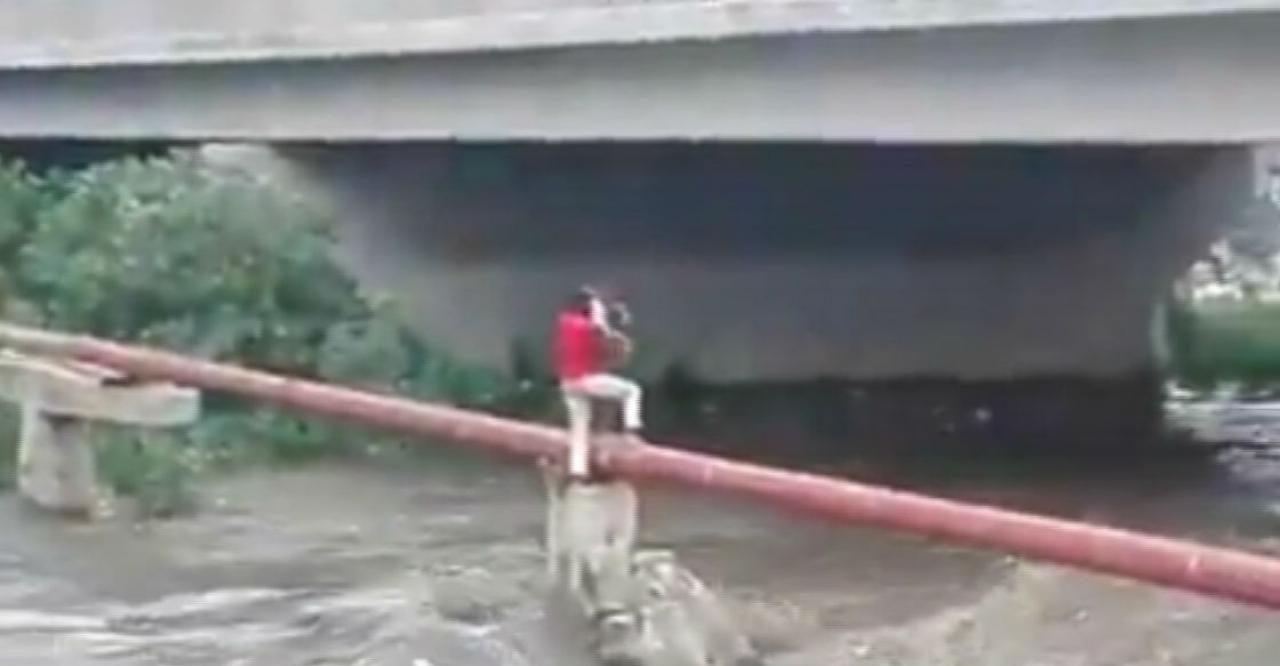 Afrique du Sud : un homme sauve un enfant pris au piège au-dessus d'une rivière en crue